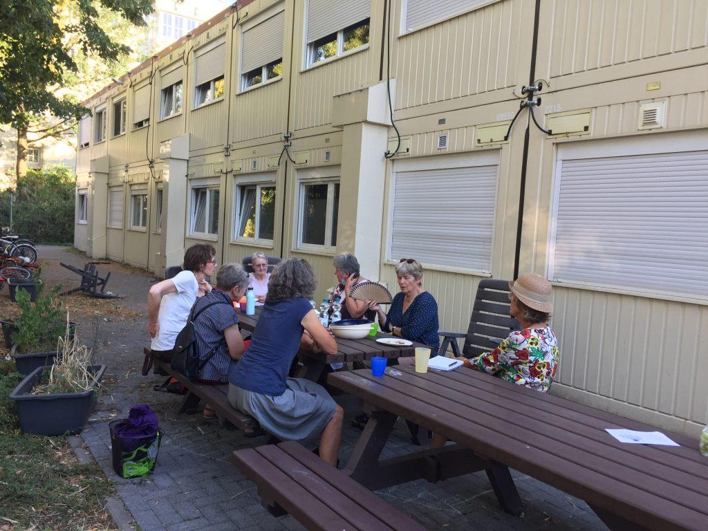 Ehrenamtliche beim letzten Treffen an der Unterkunft
